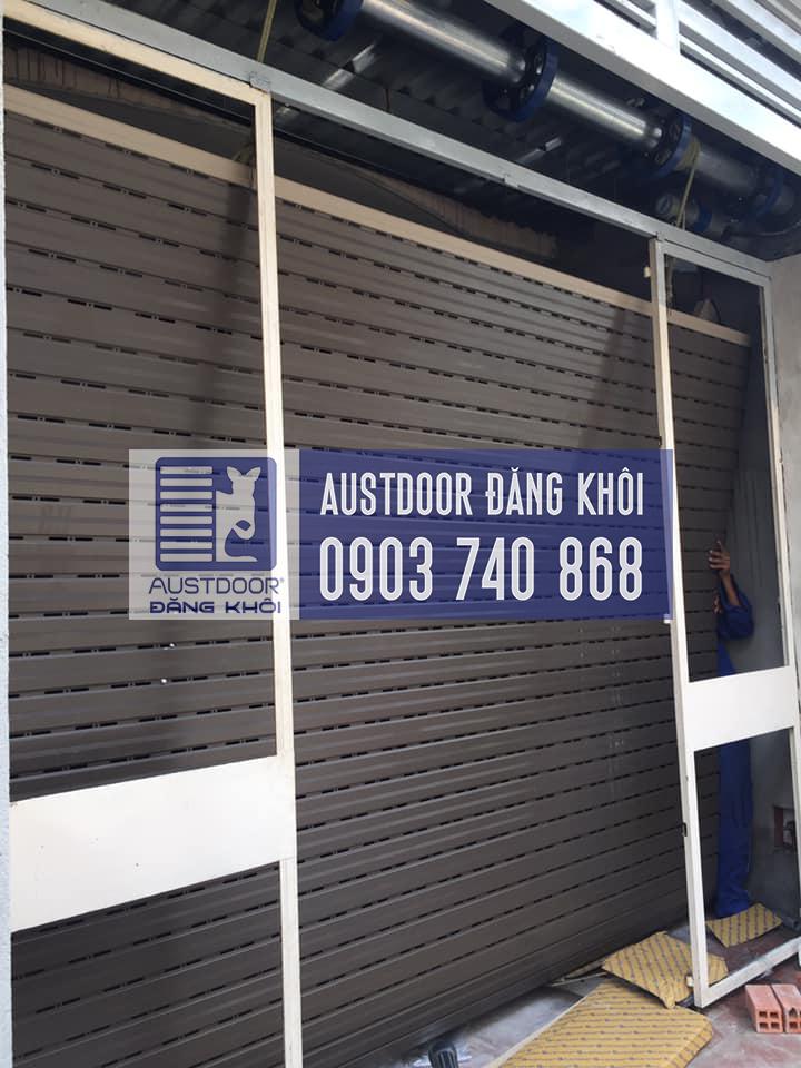 Cửa cuốn Austdoor M70 Tận dụng khoản sân trước làm nơi để xe máy. Lắp đặt cửa cuốn nhà Chị Ngân. Lê Văn Th- Gò Vấp. . Cửa Cuốn Austdoor